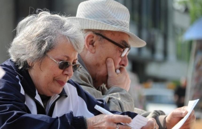 Изплащат пенсиите с коледните надбавки