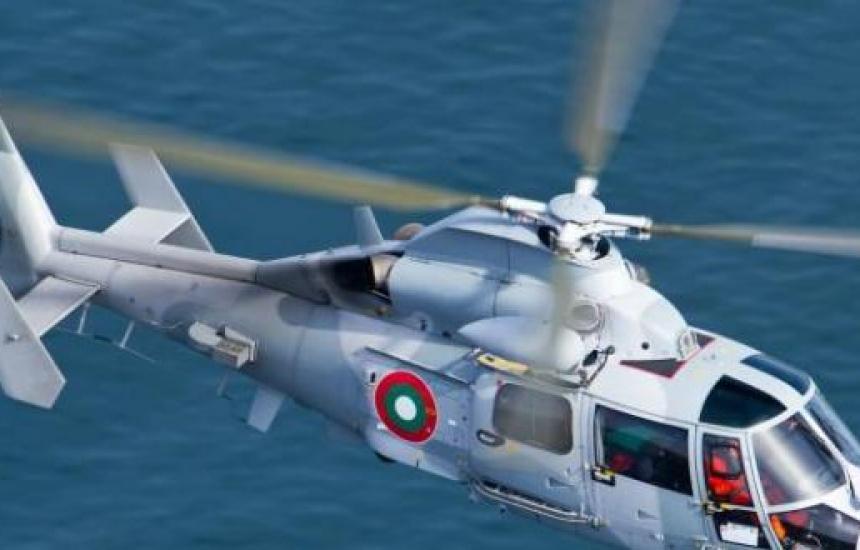 Военен хеликоптер транспортира родилка