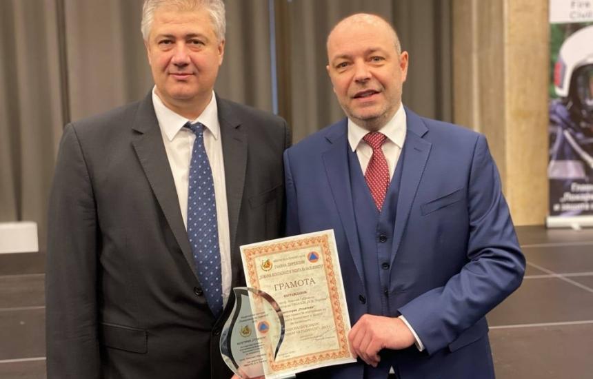 Проф. Николай Габровски с отличие от МВР