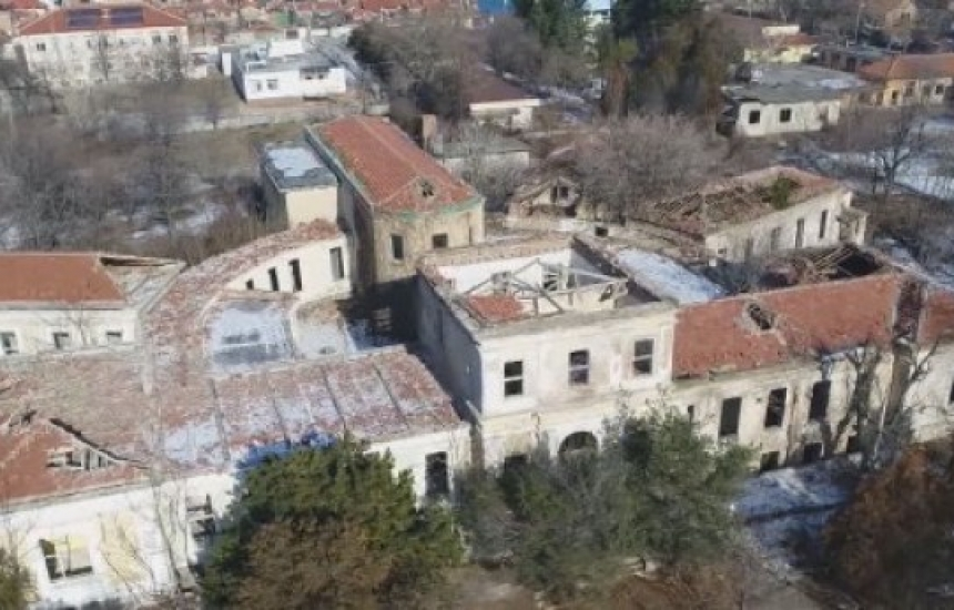 Опасни отпадъци в двора на закрита болница в Сливен