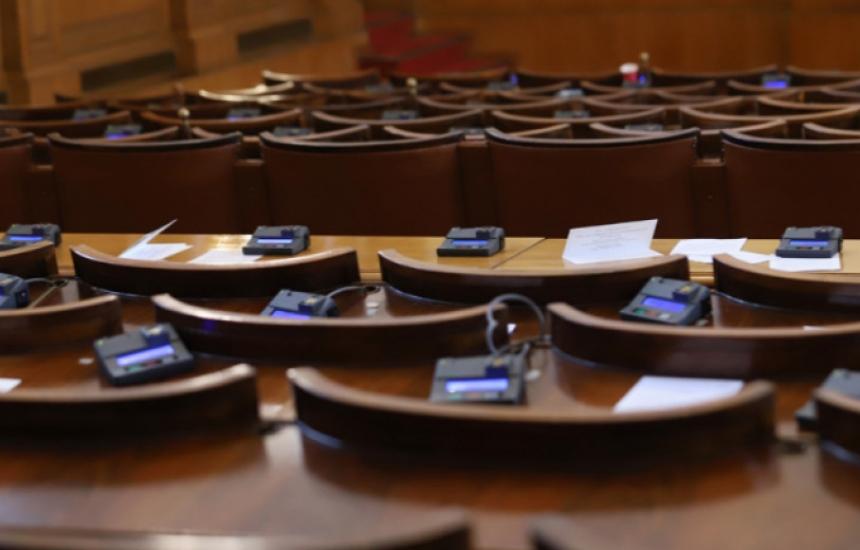 Парламентът спира редовните заседания