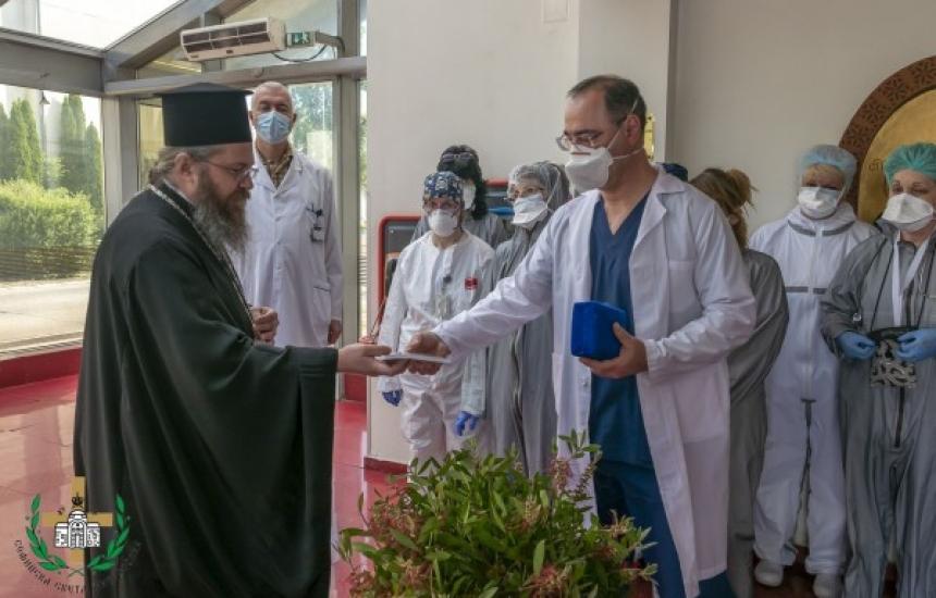 Църквата с подаръци за столични медици