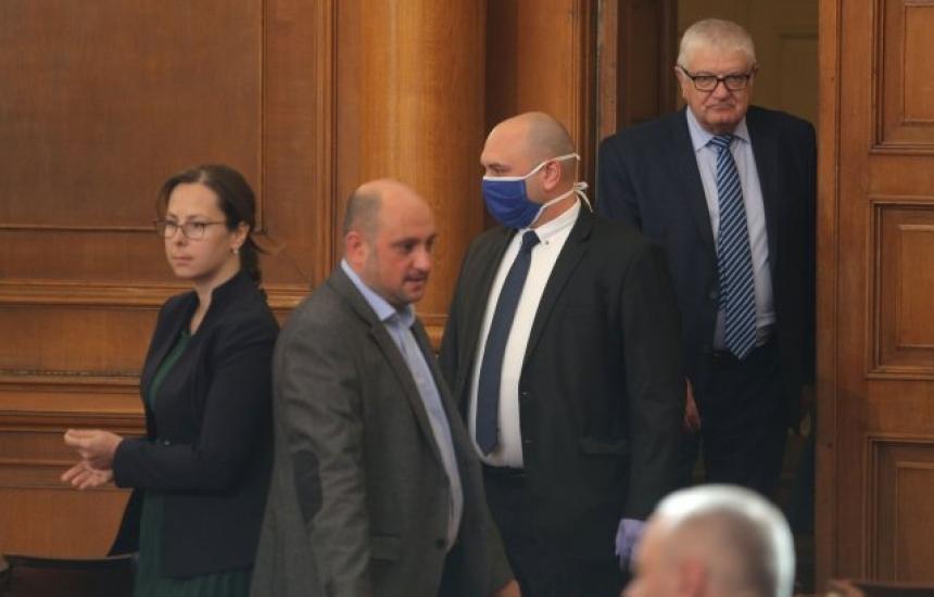 24 депутати глобени за липса на маски