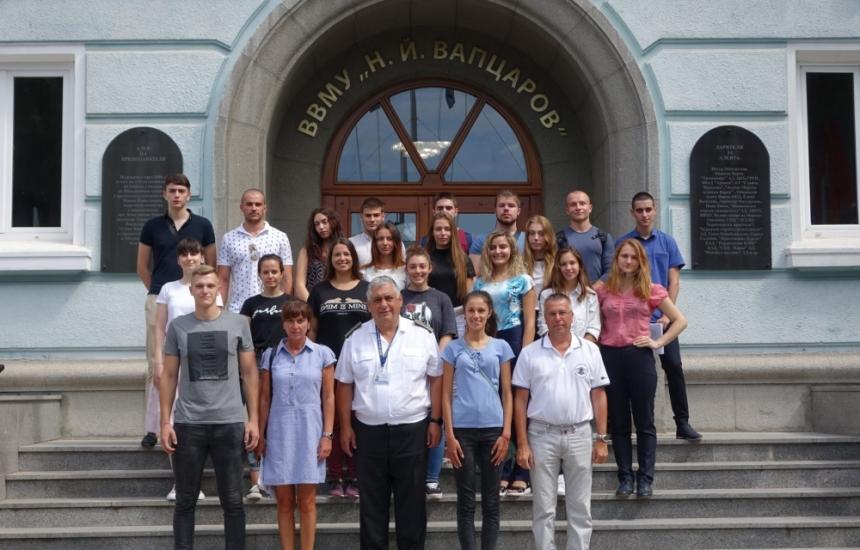 20 младежи ще учат за военни лекари