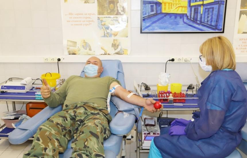 400 военни дариха кръв за месец