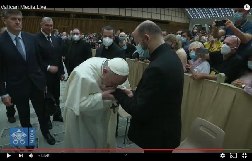 И папата почти не слага маска