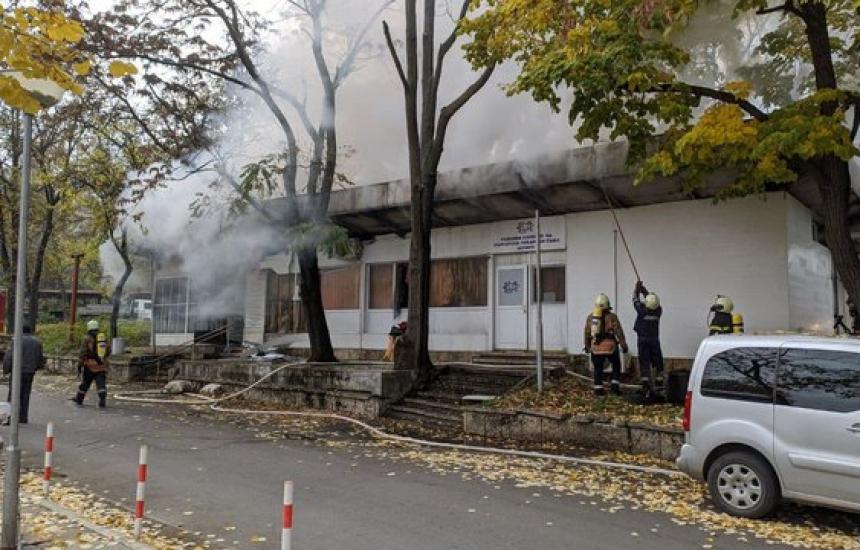 Изгоря сграда в двора на МБАЛ-Шумен