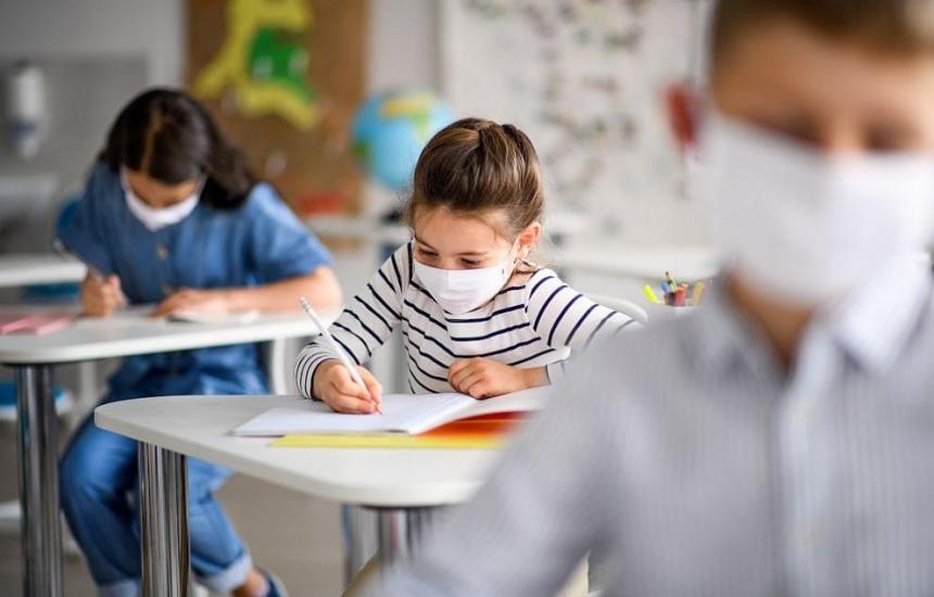 Учителите решават за маските при малките деца
