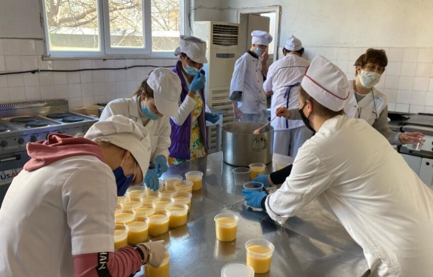 Ученици готвят за медиците в Смолян
