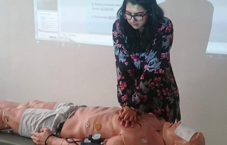 Учат студенти да спасяват живот