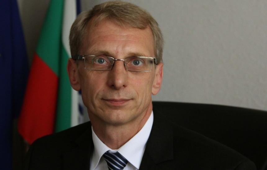 Денков сменя шефа на европарите за наука
