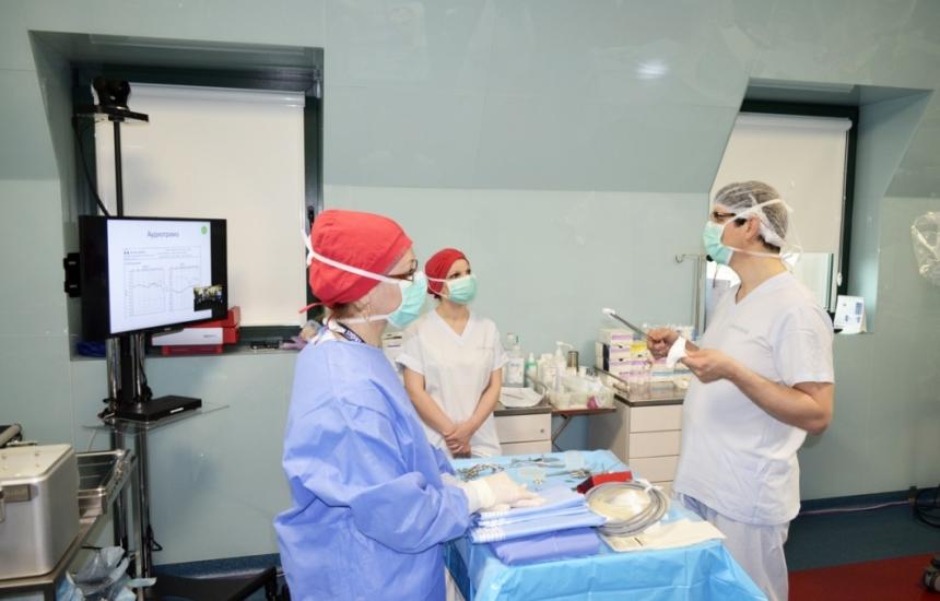 Водещи специалисти обучават пациенти и лекари за новостите в кохлеарната имплантация