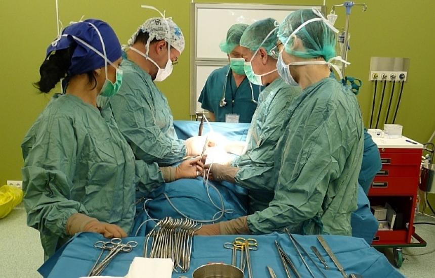 Изградиха и имплантираха трахея от ребра