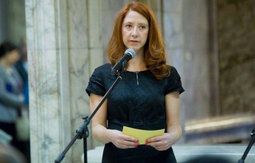 Министърът се е подписал незаконно, а уволнена е Троева