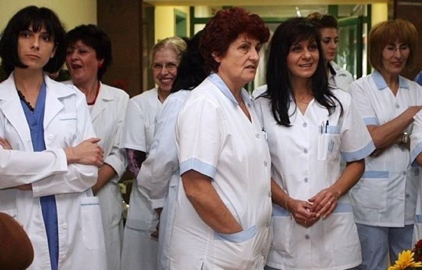 Не достигат 10 800 медицински сестри