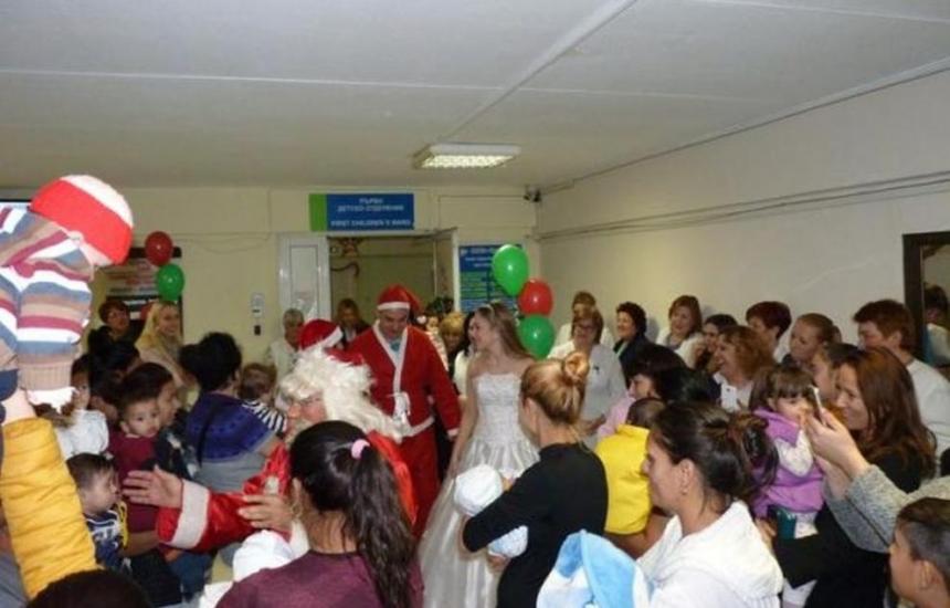 Дядо Коледа при децата в УМБАЛ Бургас