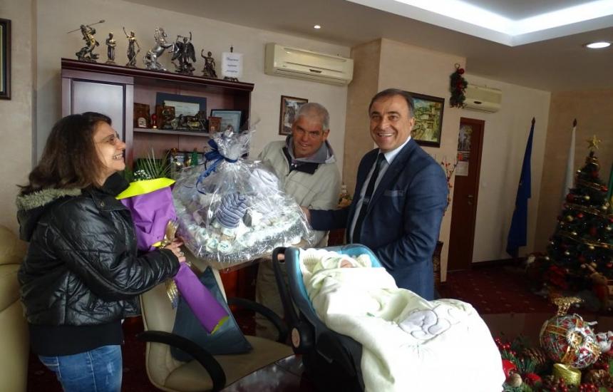 Подаръци за първото инвитро бебе в Нова Загора