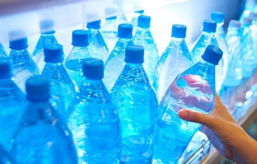 Откриха пластмаса в бутилирана вода в Америка