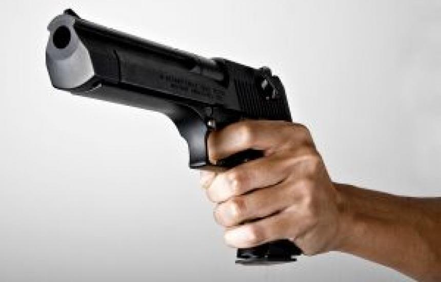 Мъж извади пистолет срещу фелдшер
