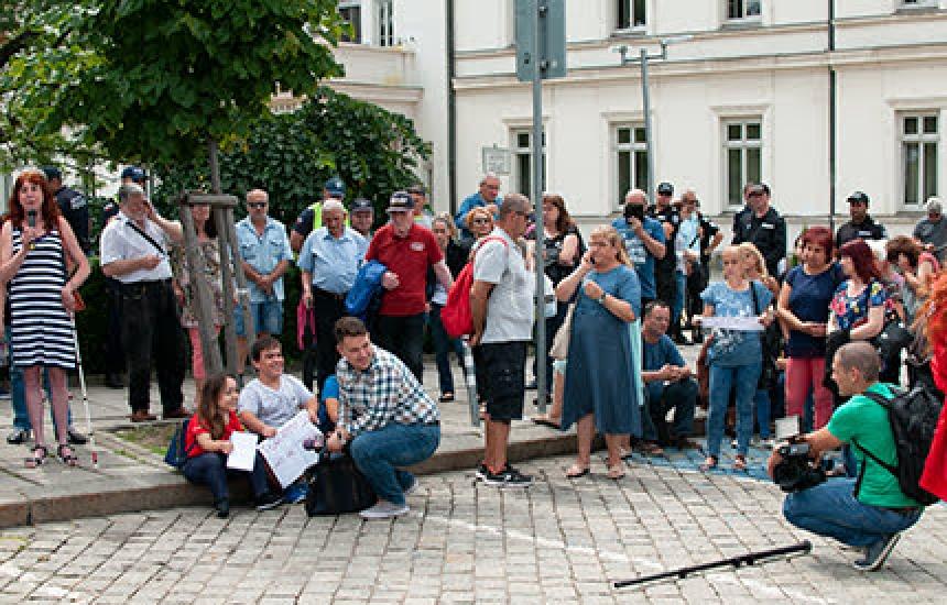 Десетки на протест пред Парламента