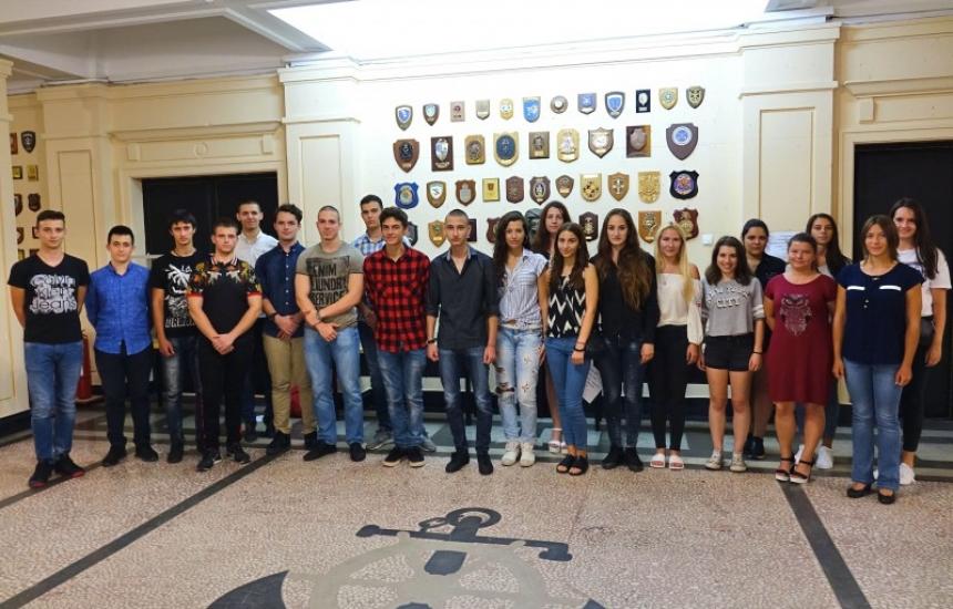 20 младежи ще учат за военен лекар