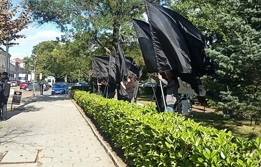Майките посрещнаха депутатите с черни флагове