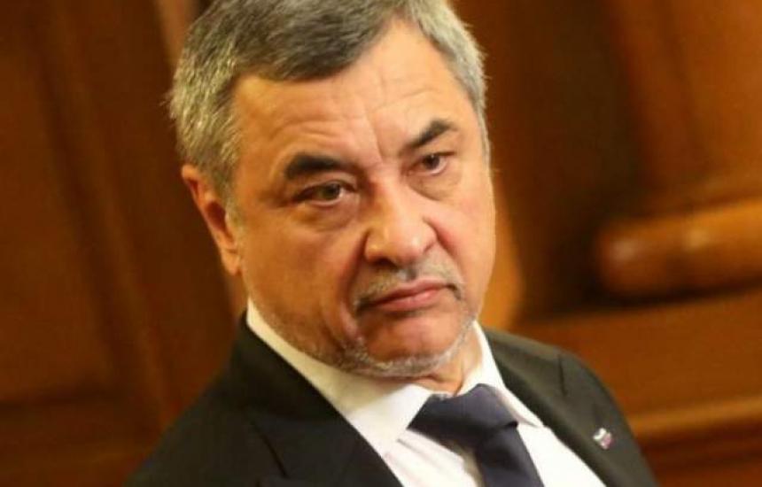 Валери Симеонов остава на поста си