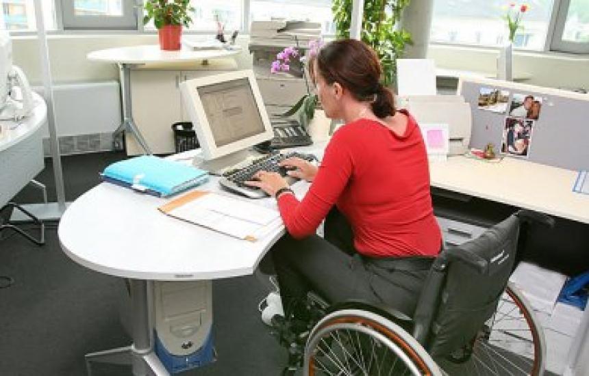 Затварят програмите за хора с увреждания