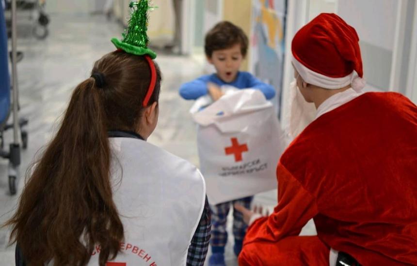 БЧК с коледни подаръци малките пациенти