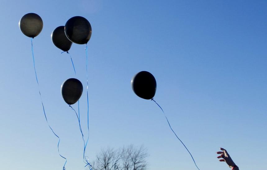 92 черни балона в памет на загиналите работници