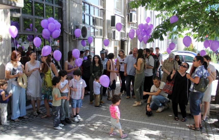 Родители на деца с рак протестират пред МЗ
