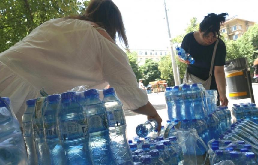 Безплатна минерална вода заради жегите