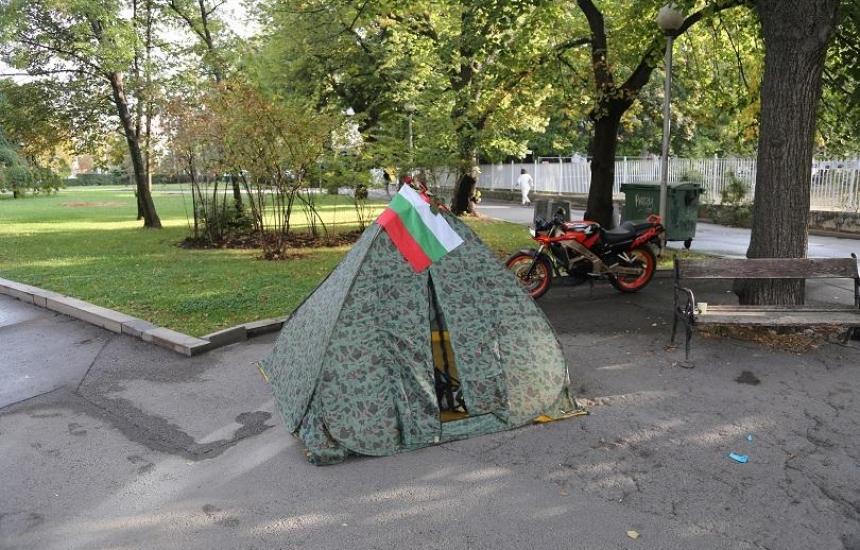 Сестрите разпънаха палатка до парламента