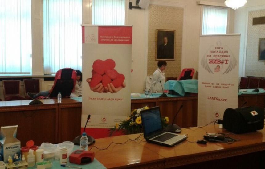 Депутатите даряват кръв
