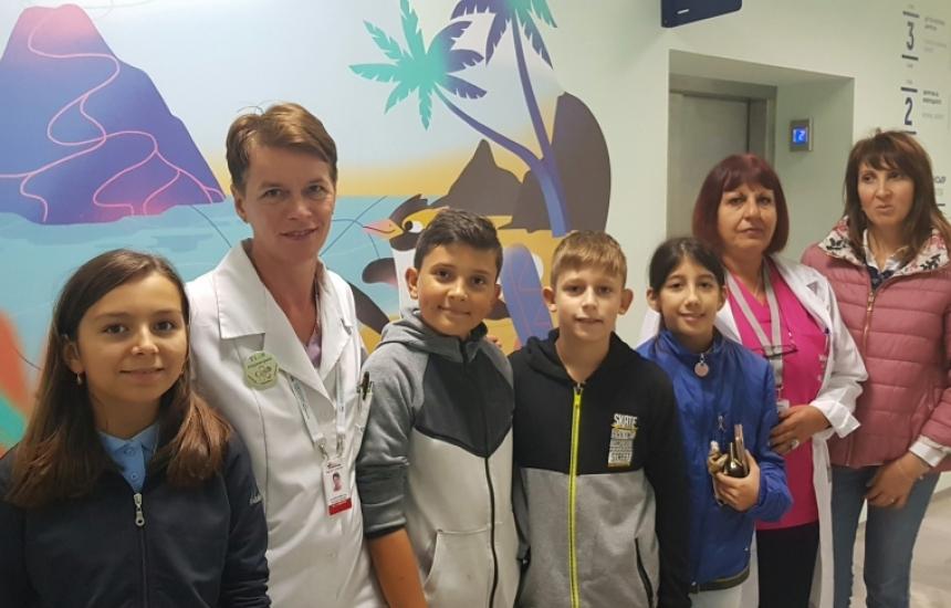 Деца с подарък за Пирогов
