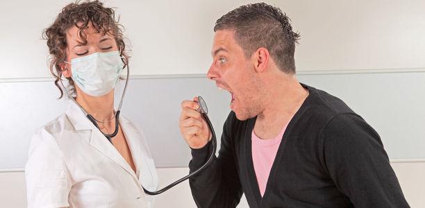 Лекари учат как да реагират при агресивни пациенти