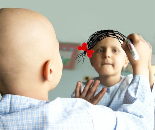 Първолаче реже косата си за деца с рак