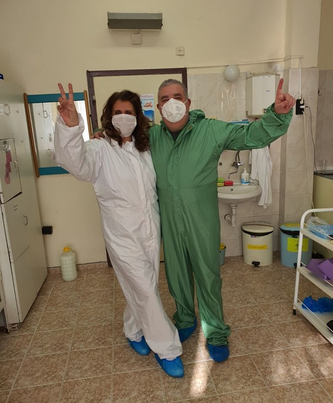 Адвокат и коминочистач са санитари-доброволци