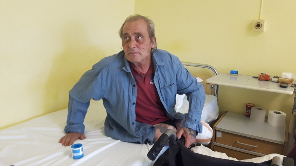 Бездомник живее вече месец в УМБАЛ Бургас