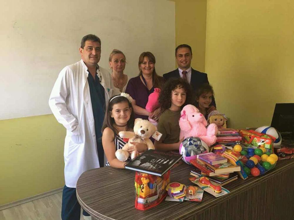 800 книжки и играчки за малките пациенти