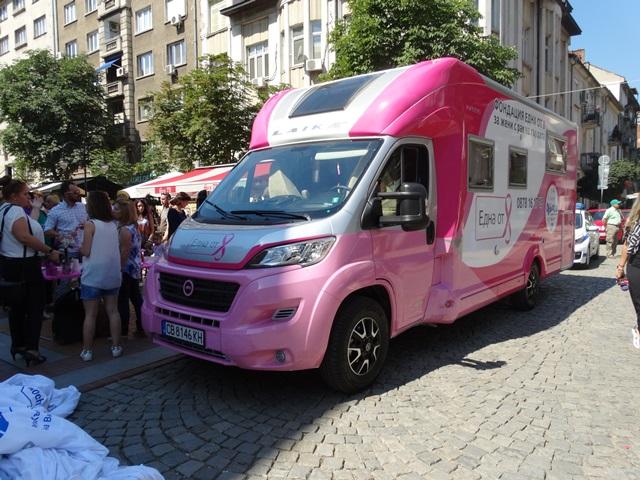 """""""Розовият кемпер"""" на поход срещу рака от понеделник"""