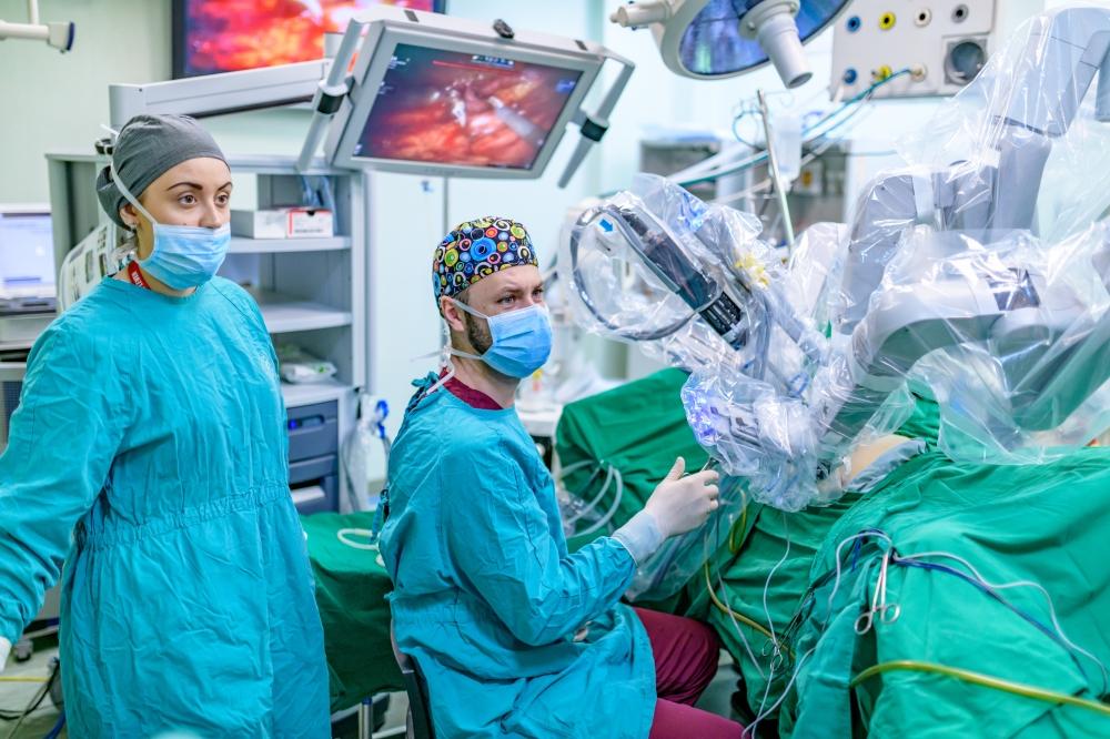 Резултат с изображение за робот-асистирана хирургична интервенция