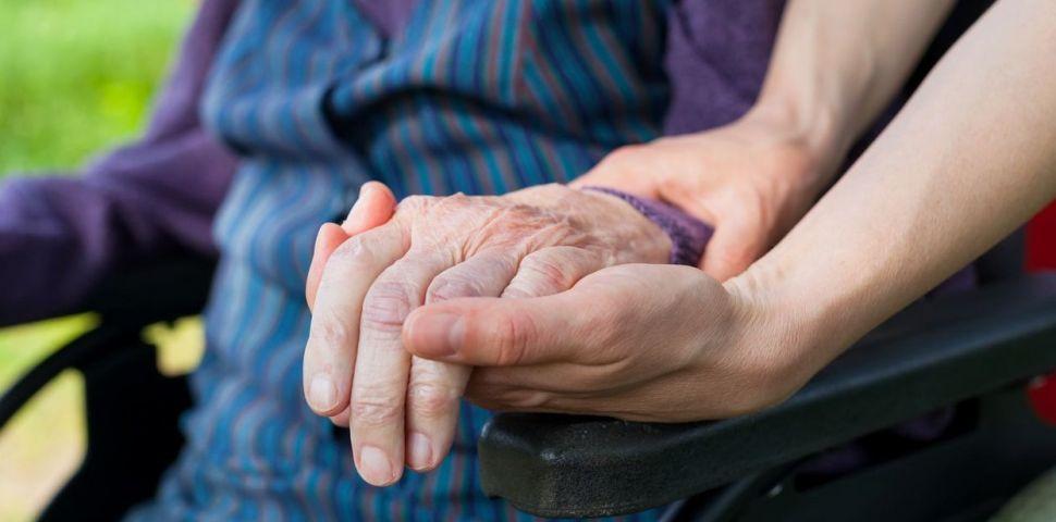 Уволниха болногледачки от дома за хора с деменция